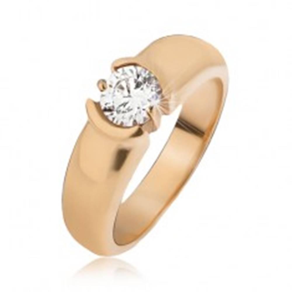 Šperky eshop Oceľový prsteň zlatej farby, rozširujúce sa ramená, číry zirkón - Veľkosť: 49 mm