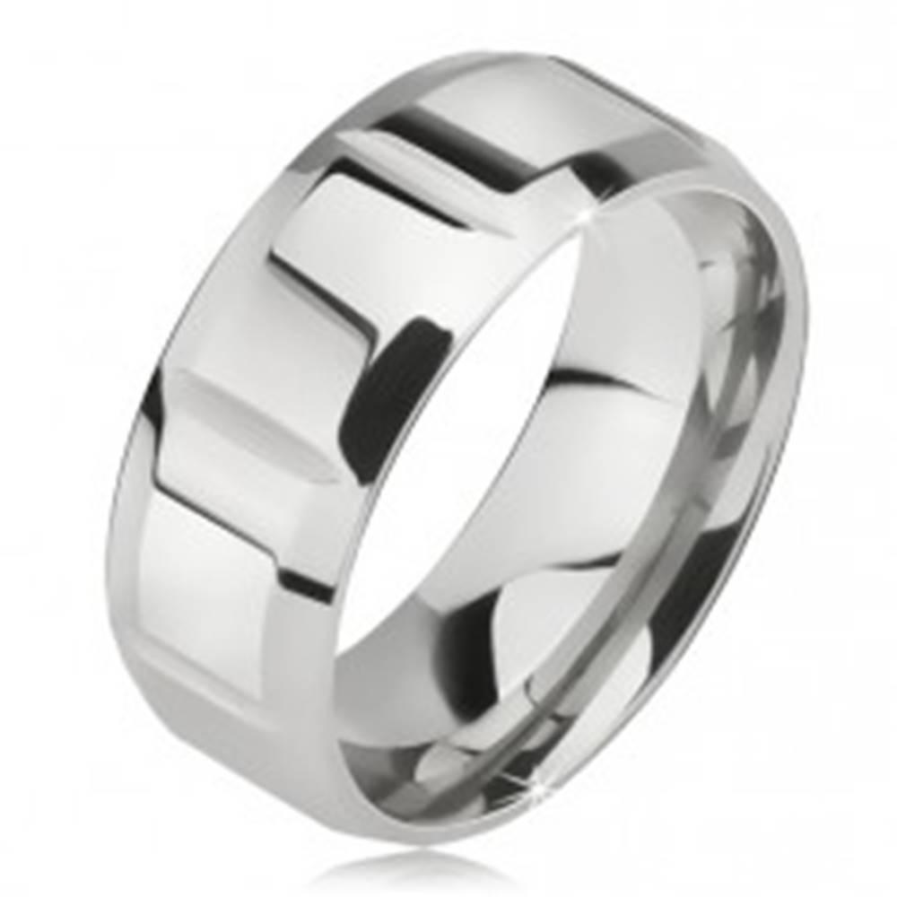 Šperky eshop Lesklá oceľová obrúčka striebornej farby, zvislé zárezy, skosené hrany - Veľkosť: 57 mm