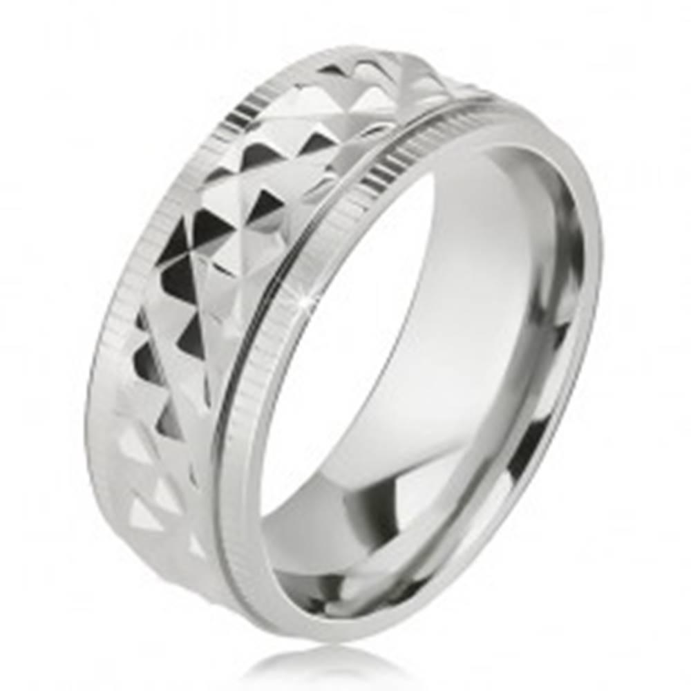 Šperky eshop Lesklý oceľový prsteň, kosoštvorcový vzor, zárezy pri okrajoch - Veľkosť: 57 mm