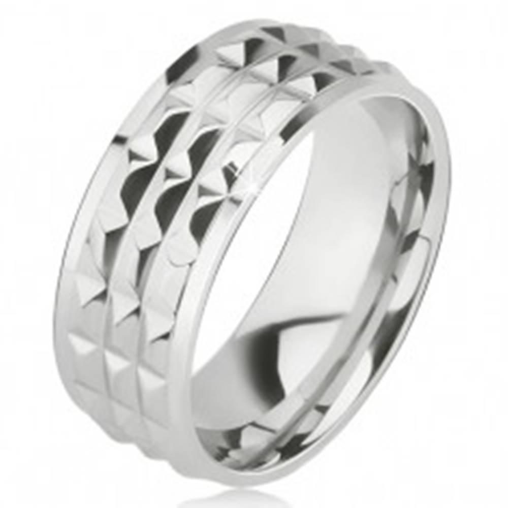 Šperky eshop Lesklý oceľový prsteň - obrúčka striebornej farby, ozdobné diamantové plôšky - Veľkosť: 57 mm