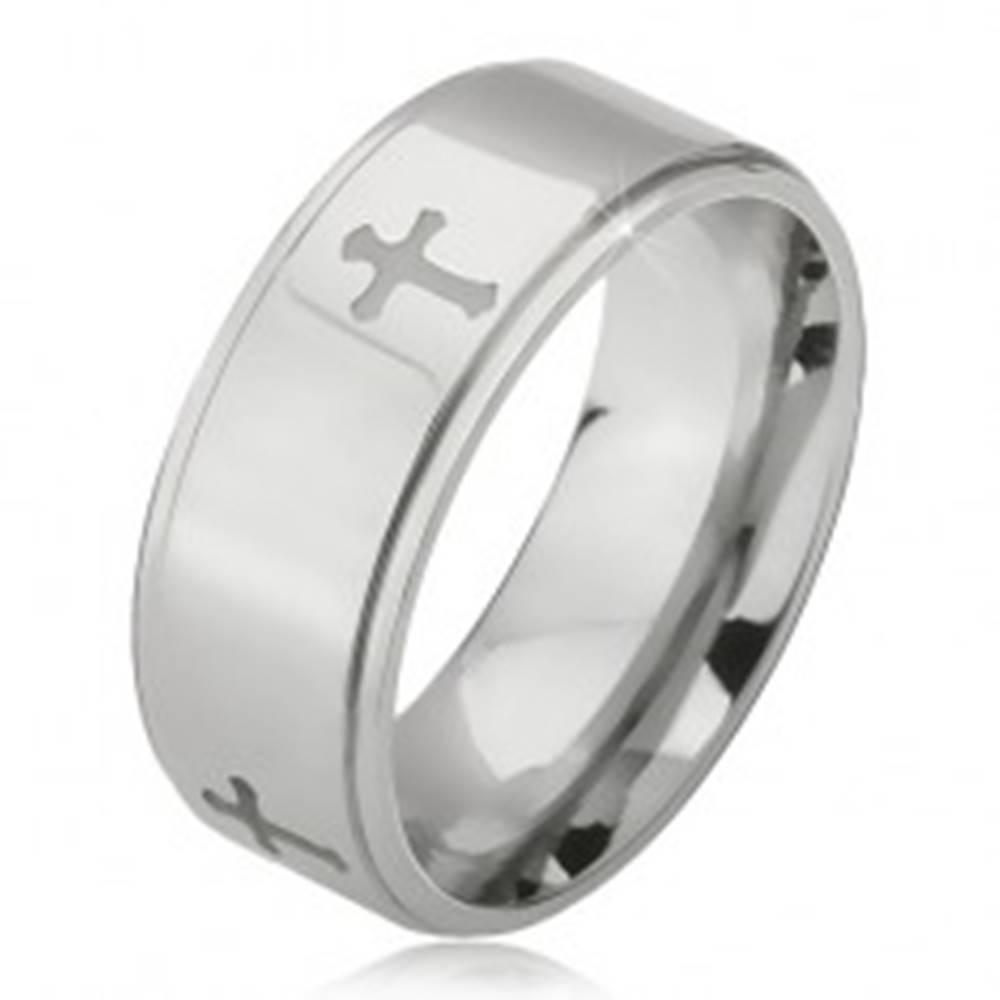 Šperky eshop Lesklý oceľový prsteň - obrúčka striebornej farby, vyrytý matný kríž, znížený okraj - Veľkosť: 52 mm