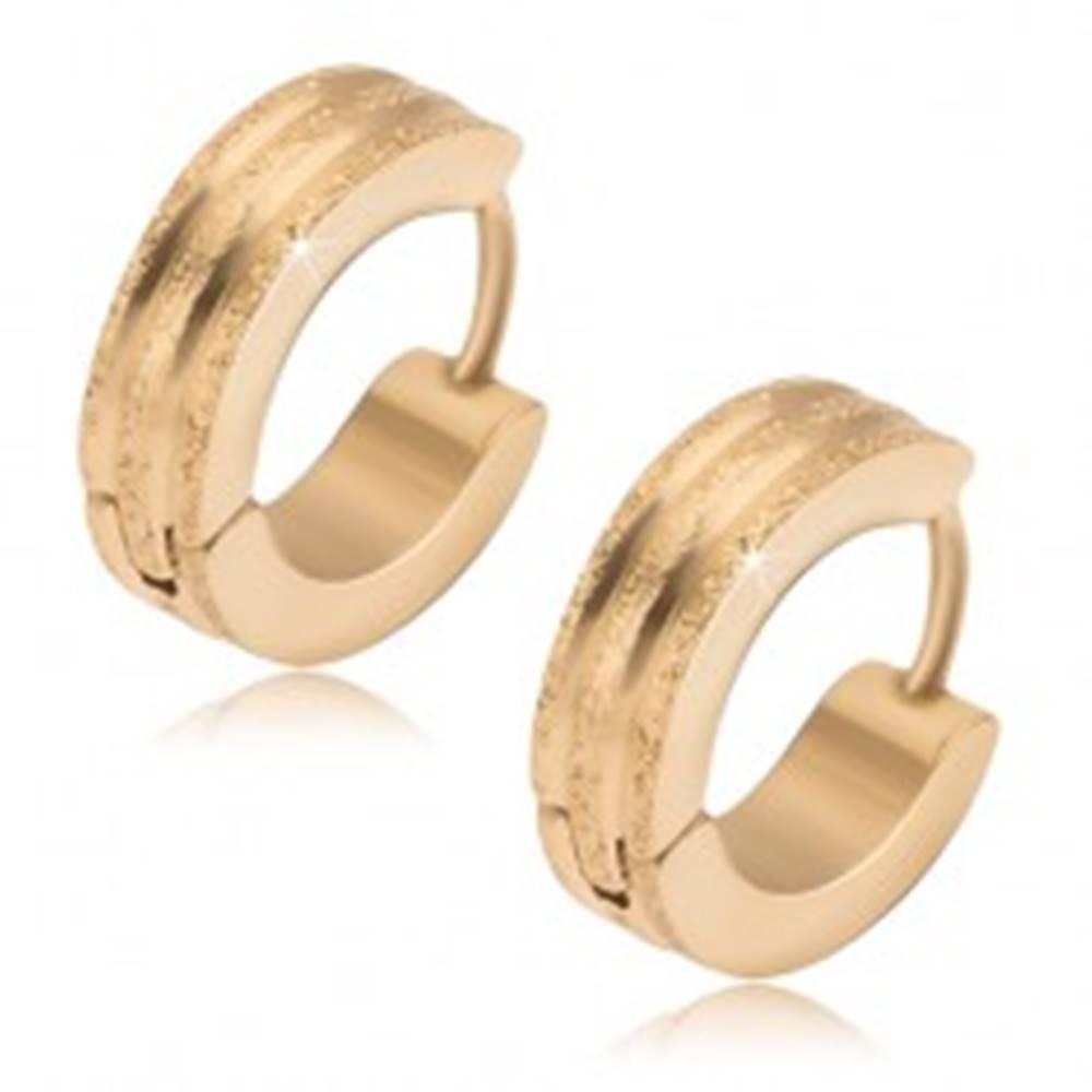 Šperky eshop Okrúhle oceľové náušnice - zlatej farby, tri pieskované pásy, lesklé ryhy