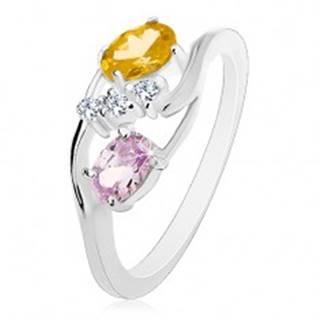 Prsteň s úzkymi zahnutými ramenami, žltozelený a svetlofialový ovál, číre zirkóniky - Veľkosť: 57 mm