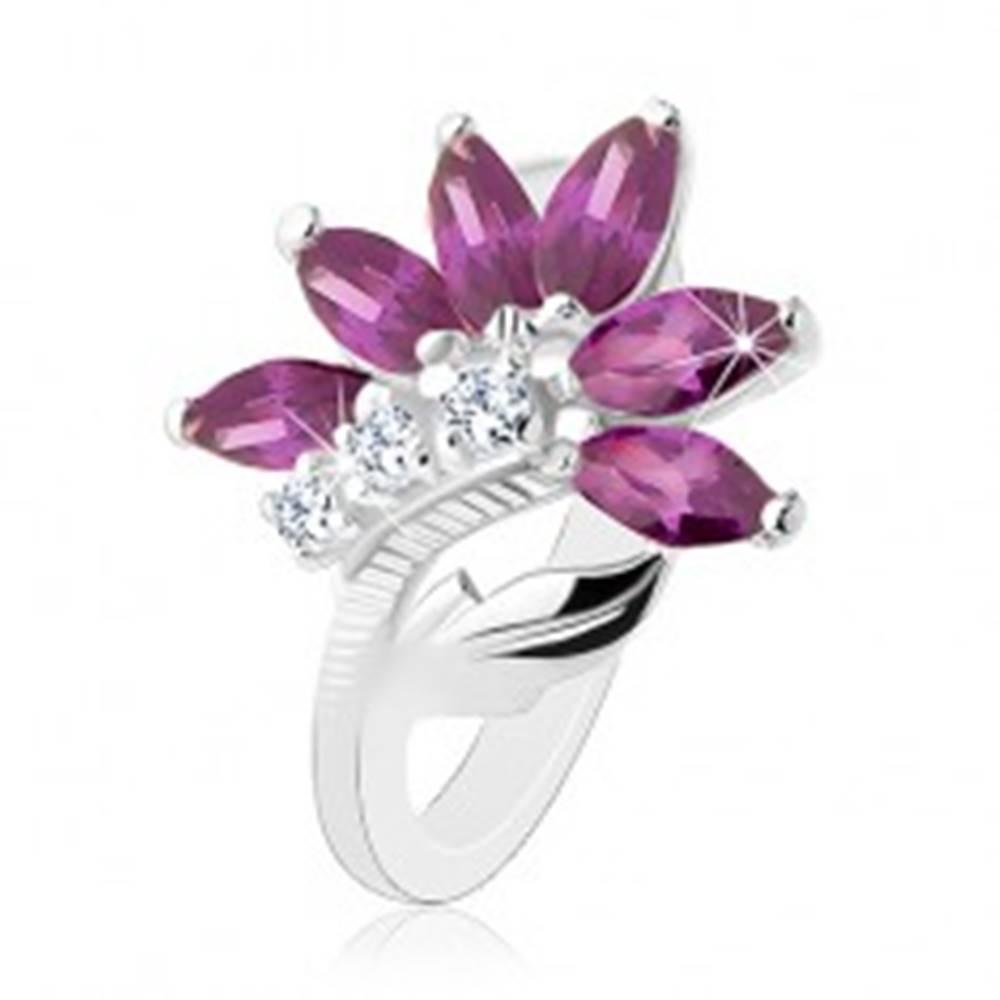 Šperky eshop Ligotavý prsteň v striebornej farbe, tmavofialový kvet, lesklý list - Veľkosť: 49 mm