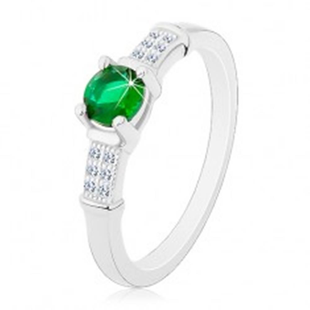 Šperky eshop Zásnubný prsteň, striebro 925, zirkónové ramená, okrúhly zelený zirkón - Veľkosť: 47 mm