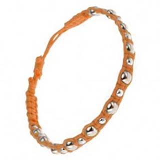 Pletený šnúrkový náramok oranžovej farby, veľké a malé kovové korálky