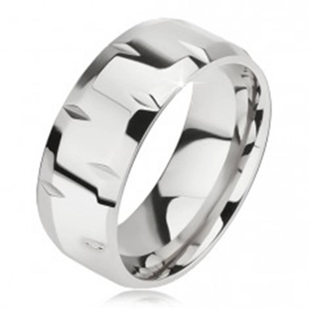 Šperky eshop Lesklý oceľový prsteň, drobné zárezy, skosené okraje - Veľkosť: 57 mm