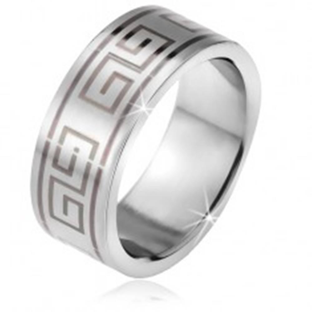Šperky eshop Prsteň z ocele, matný rovný povrch, čierny motív gréckeho kľúča - Veľkosť: 56 mm