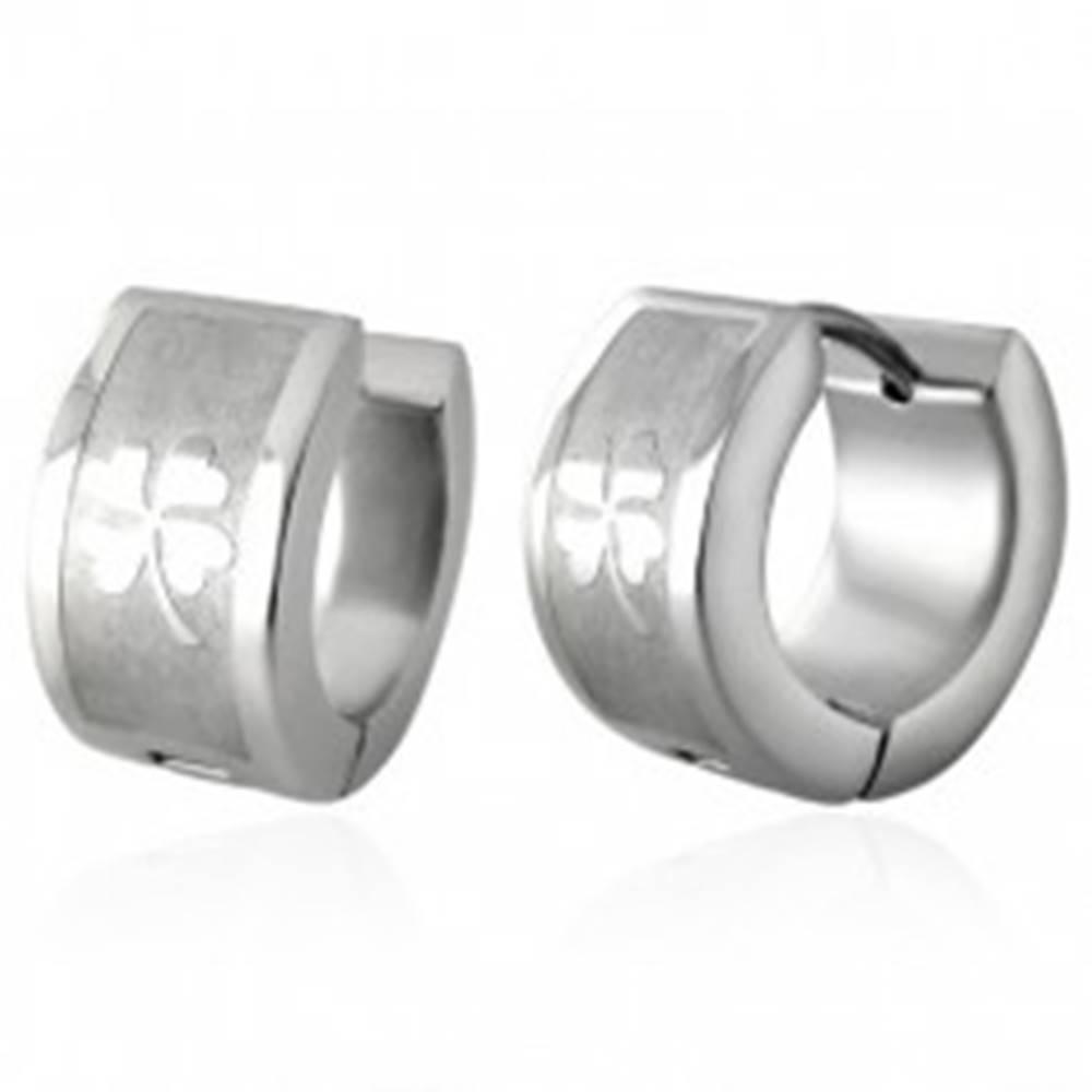 Šperky eshop Okrúhle náušnice z ocele striebornej farby, lesklý štvorlístok