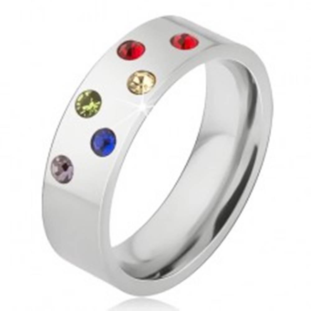 Šperky eshop Lesklá obrúčka z ocele, šikmé línie z farebných kamienkov - Veľkosť: 49 mm