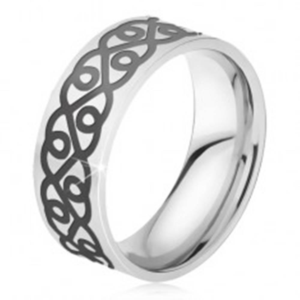 Šperky eshop Oceľový prsteň - obrúčka striebornej farby, hrubý čierny ornament, srdcia - Veľkosť: 52 mm