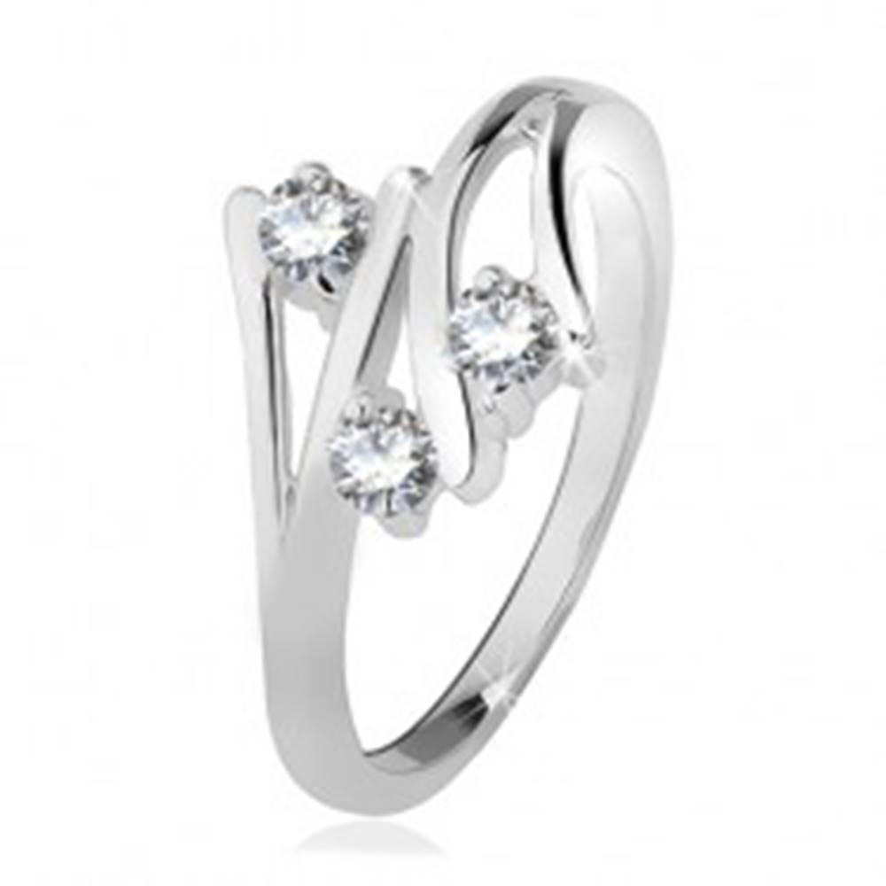 Šperky eshop Strieborný prsteň 925, rozvetvené ramená, tri číre zirkóny - Veľkosť: 49 mm