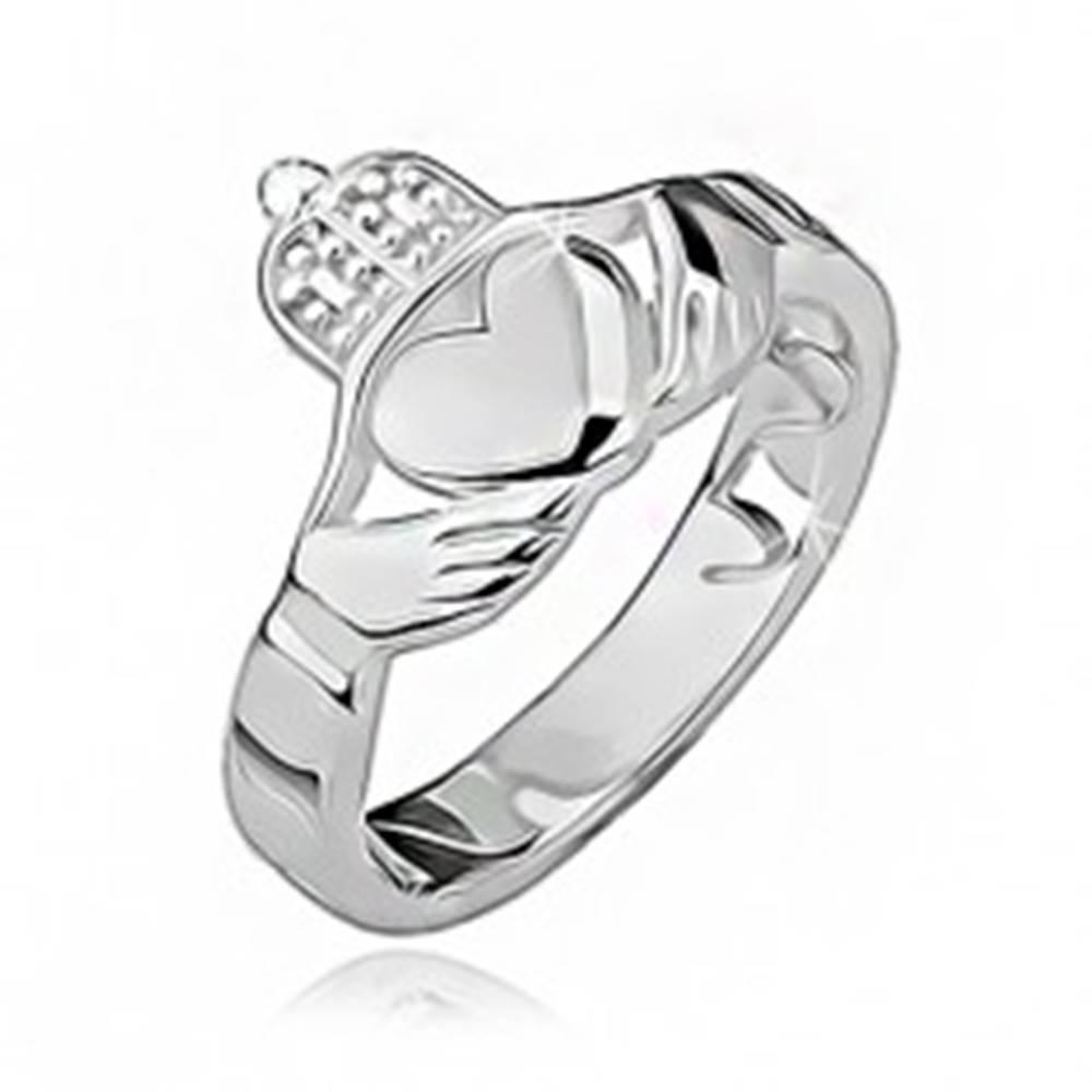 Šperky eshop Strieborný prsteň 925 - srdce, ruky, korunka, výrezy po obvode - Veľkosť: 49 mm