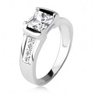 Strieborný prsteň 925, štvorcový číry zirkón, tri kamienky v ramenách - Veľkosť: 48 mm