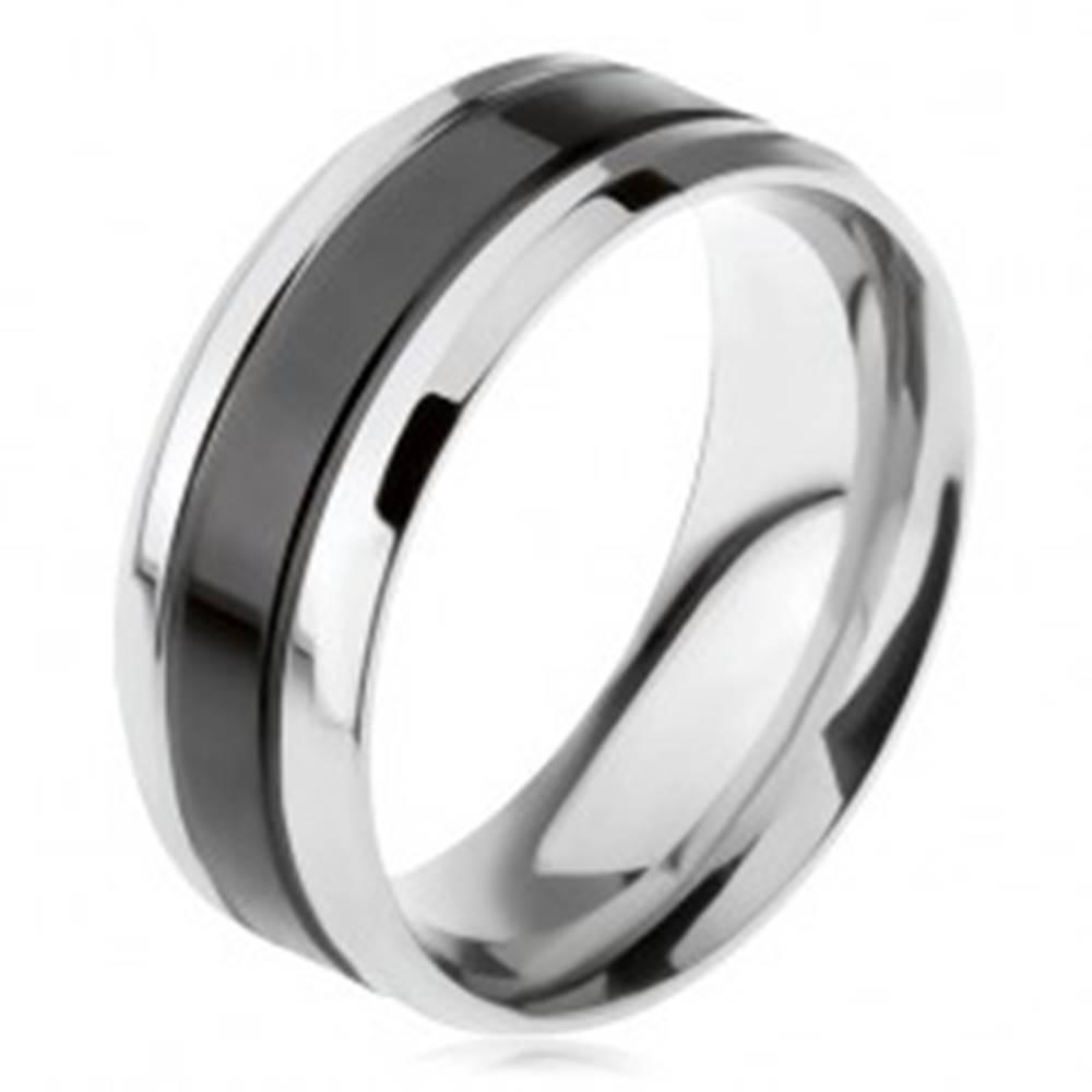 Šperky eshop Obrúčka z chirurgickej ocele, čierny stredový pás, šikmé okraje - Veľkosť: 56 mm