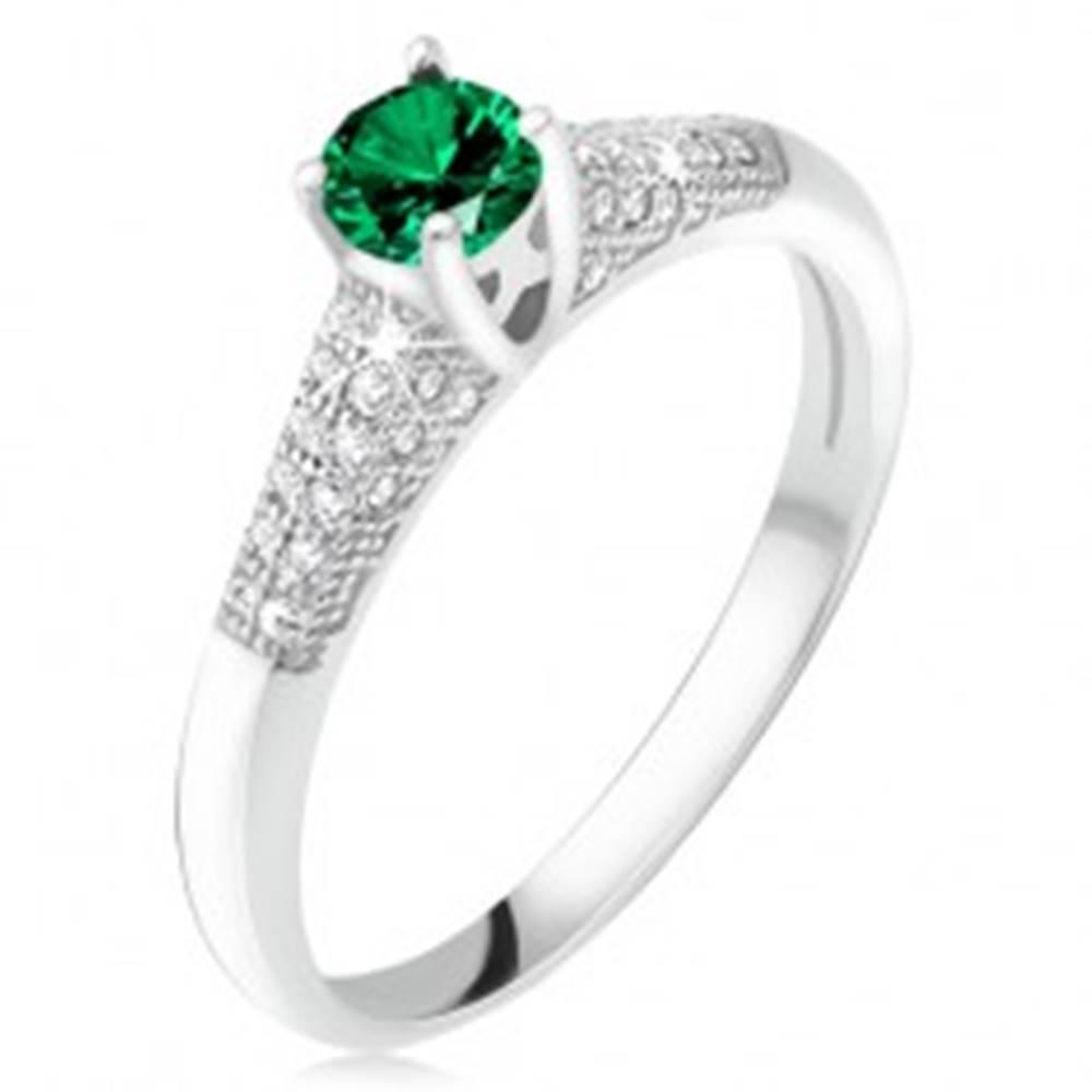 Šperky eshop Prsteň so zeleným zirkónom v kotlíku, číre kamienky, striebro 925 - Veľkosť: 49 mm