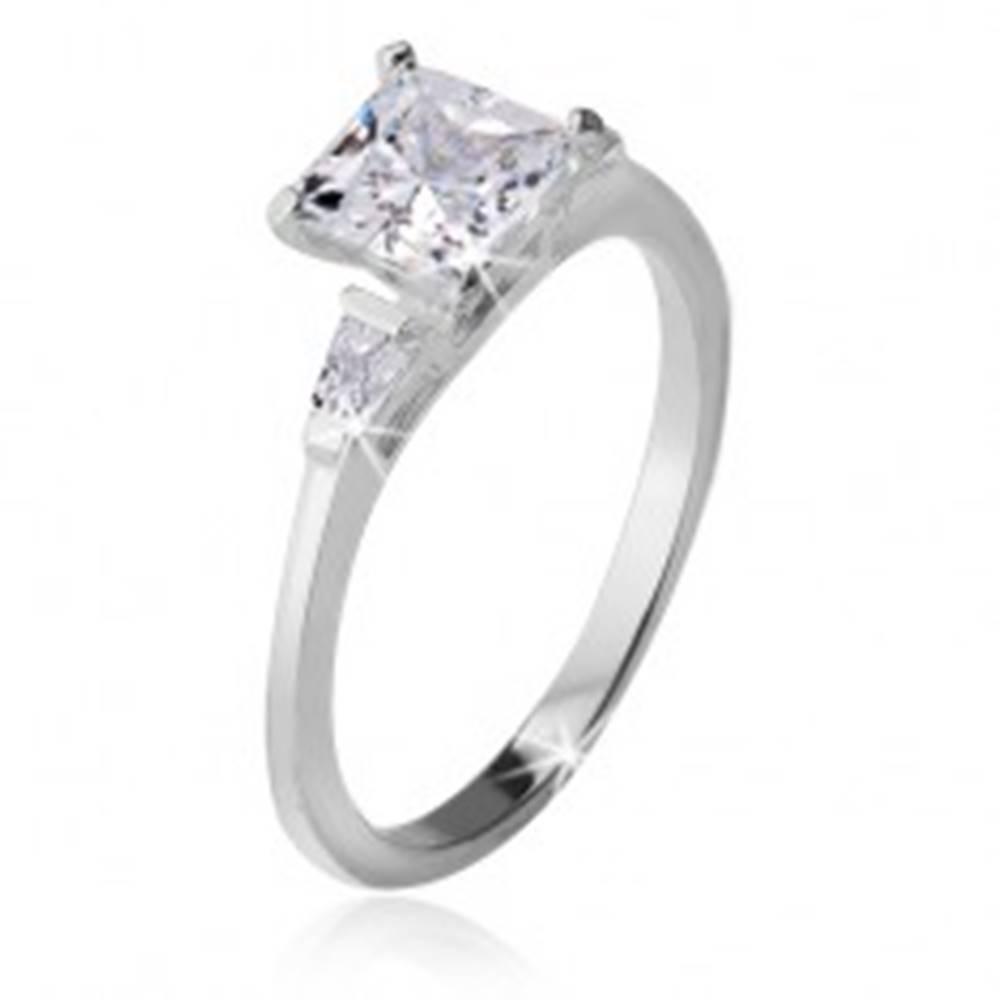 Šperky eshop Prsteň zo striebra 925, štvorcový kamienok, dva trojuholníkové zirkóny - Veľkosť: 49 mm