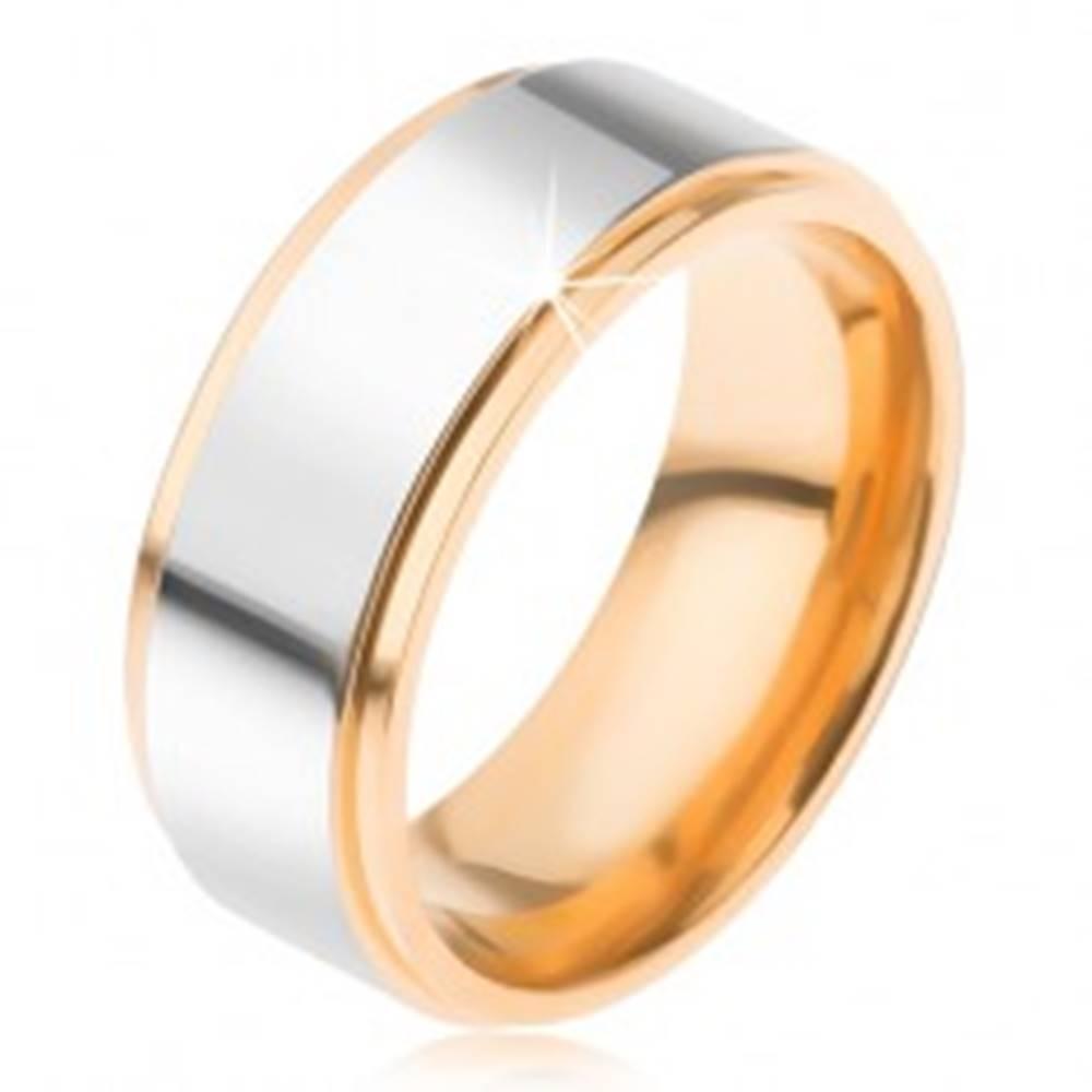 Šperky eshop Titánová obrúčka, lesklý pás striebornej farby, znížené  okraje v zlatom prevedení - Veľkosť: 57 mm