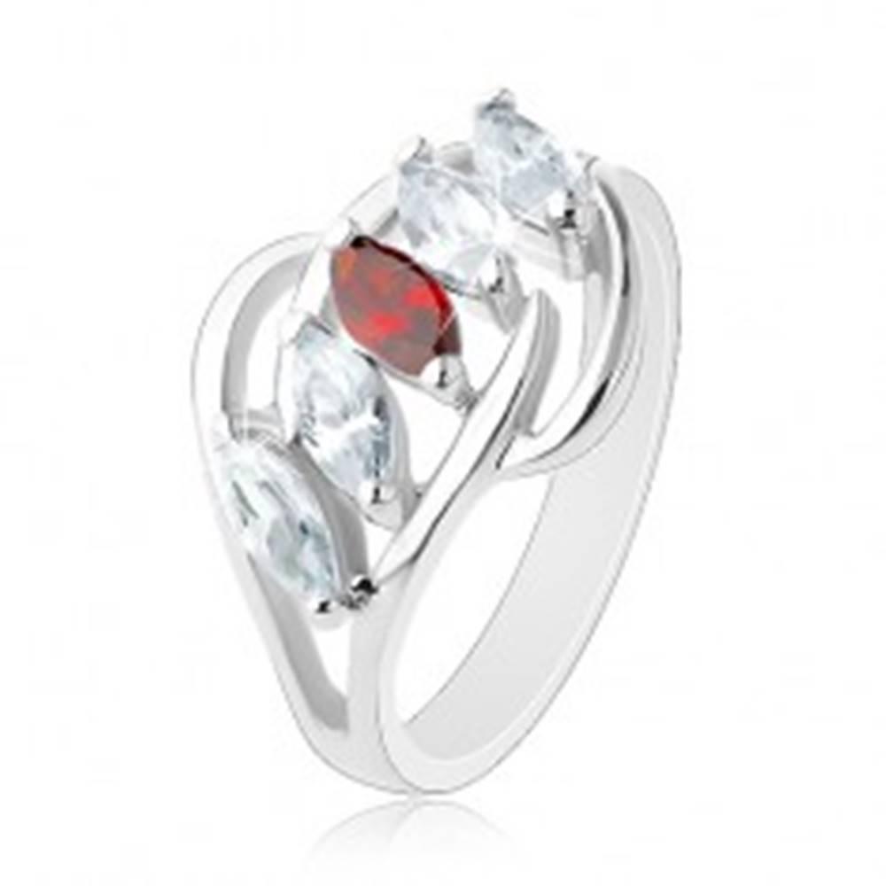 Šperky eshop Prsteň s rozdelenými ramenami, lesklé oblúčiky, pás zrniek čírej a červenej farby - Veľkosť: 54 mm