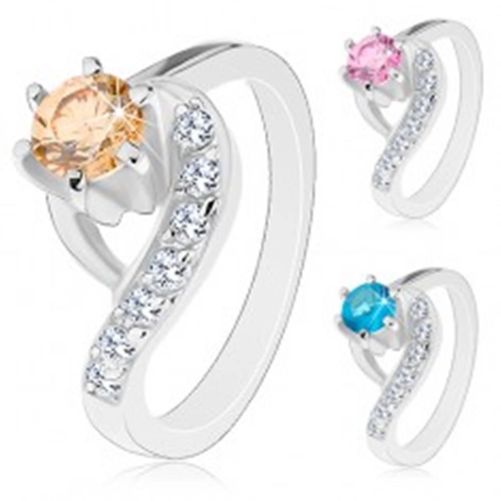 Šperky eshop Prsteň striebornej farby, zvlnené konce ramien, okrúhly farebný zirkón - Veľkosť: 47 mm, Farba: Oranžová