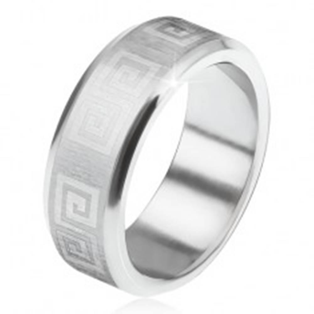 Šperky eshop Prsteň z ocele 316L, skosené okraje, saténový pás s gréckym kľúčom - Veľkosť: 56 mm