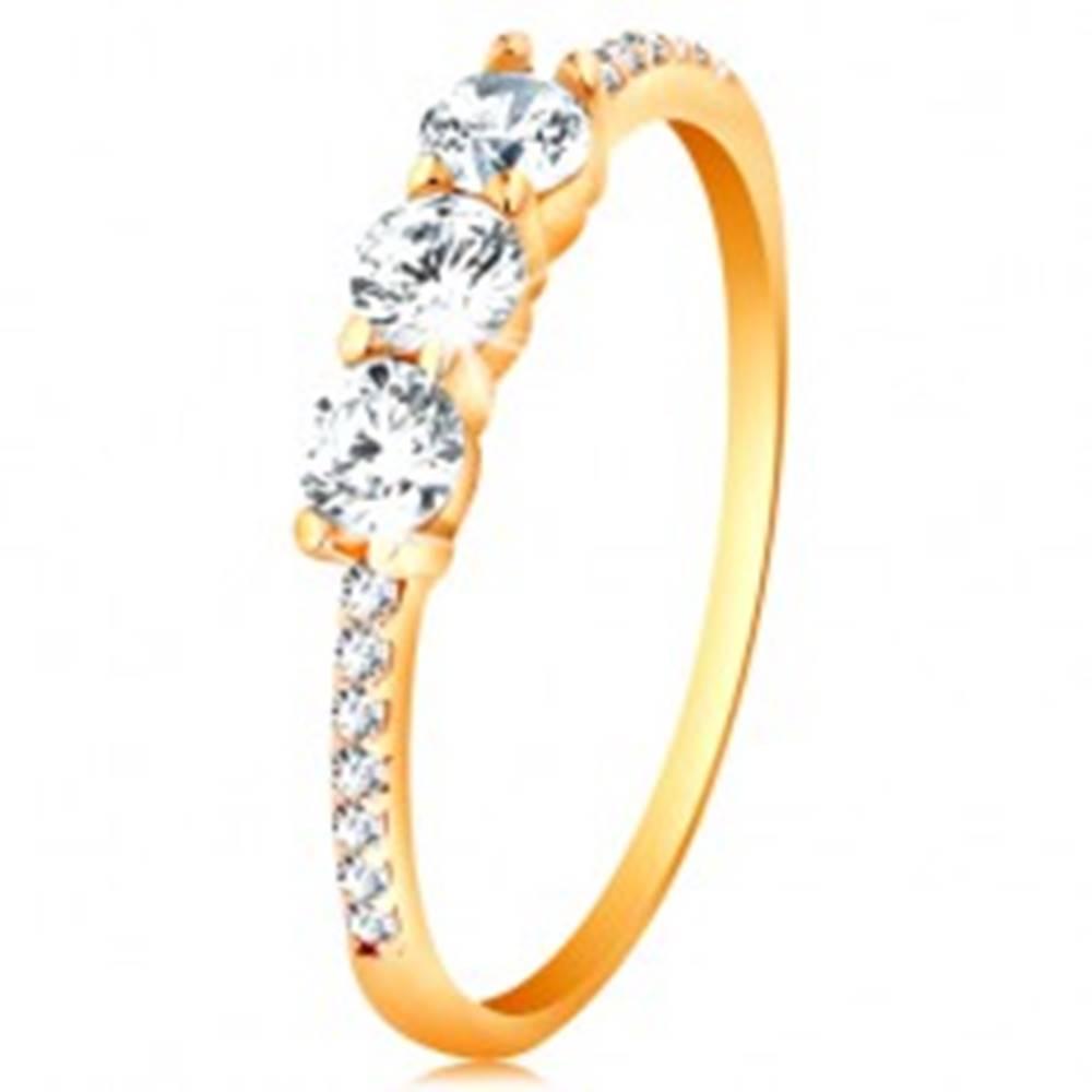 Šperky eshop Zlatý prsteň 585 - tri číre vyvýšené zirkóny, ramená vykladané zirkónikmi - Veľkosť: 48 mm