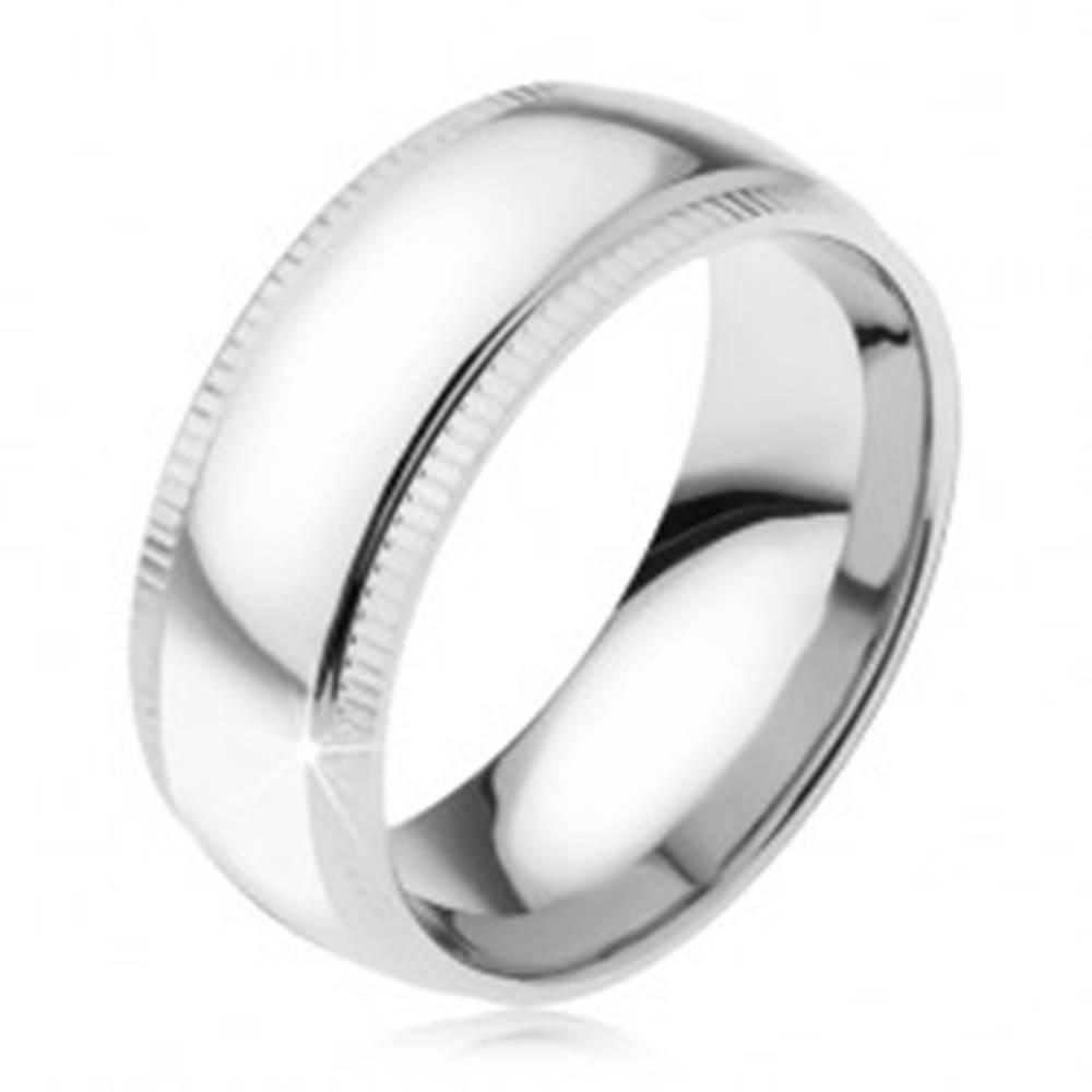 Šperky eshop Zrkadlovo lesklá oceľová obrúčka, zvislé zárezy pri okrajoch - Veľkosť: 57 mm