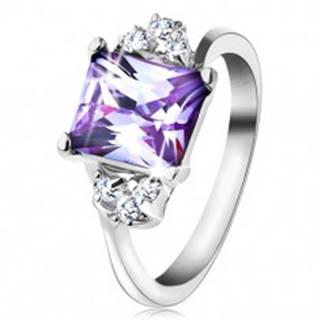 Prsteň s lesklými ramenami a obdĺžnikovým zirkónom svetlofialovej farby - Veľkosť: 48 mm