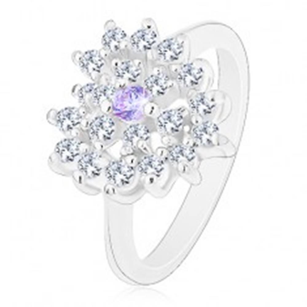 Šperky eshop Prsteň striebornej farby, číre zirkónové srdce so svetlofialovým stredom - Veľkosť: 52 mm
