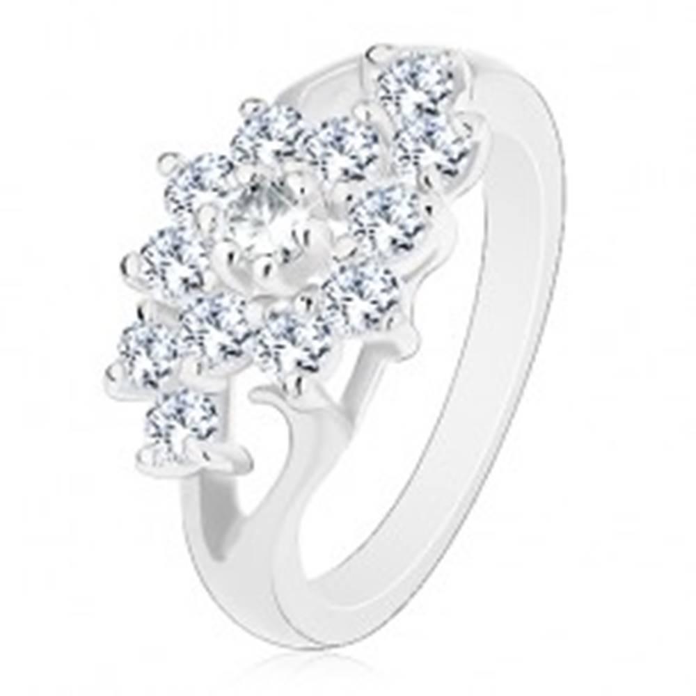 Šperky eshop Prsteň v striebornom odtieni, rozdelené ramená, kvet z čírych zirkónov - Veľkosť: 49 mm