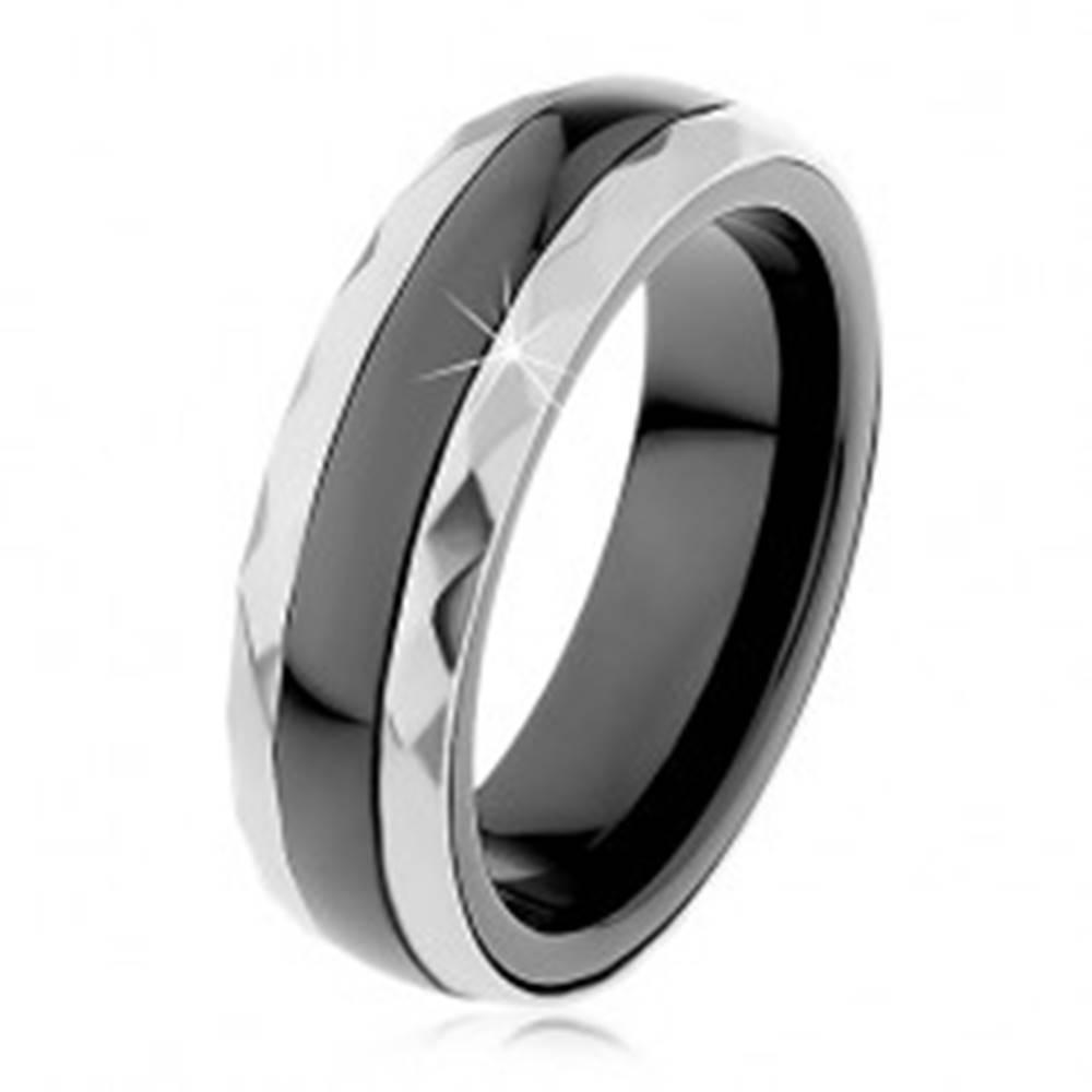 Šperky eshop Keramický prsteň čiernej farby, brúsené oceľové pásy v striebornom odtieni - Veľkosť: 51 mm