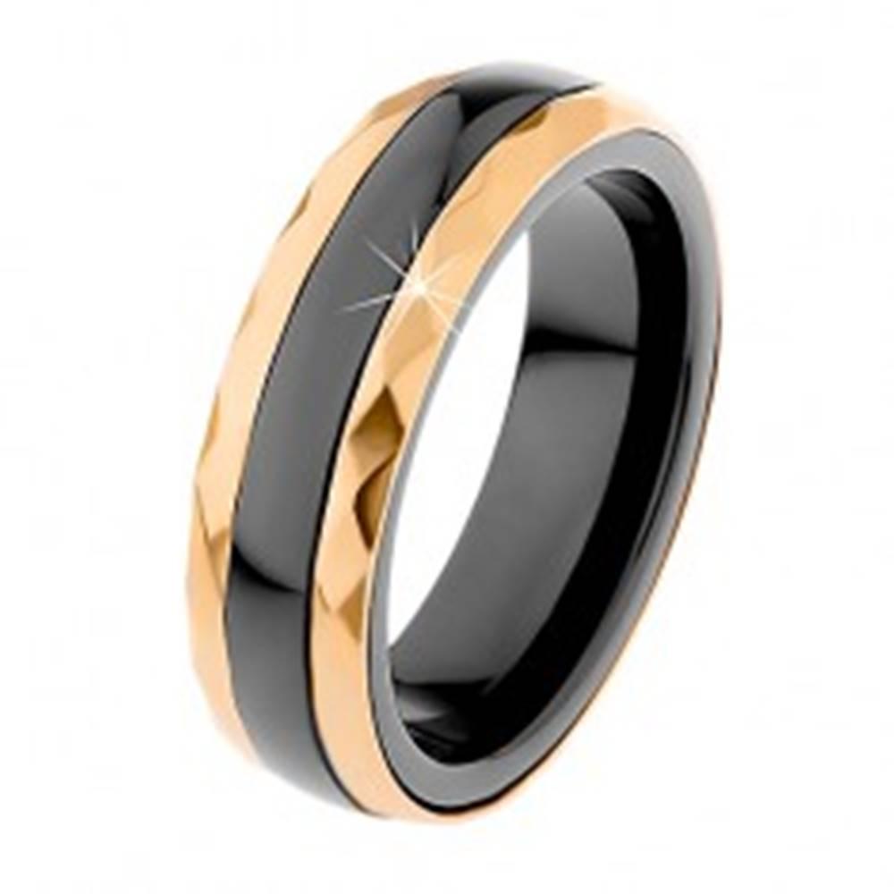 Šperky eshop Keramický prsteň čiernej farby, brúsené oceľové pásy v zlatom odtieni - Veľkosť: 51 mm
