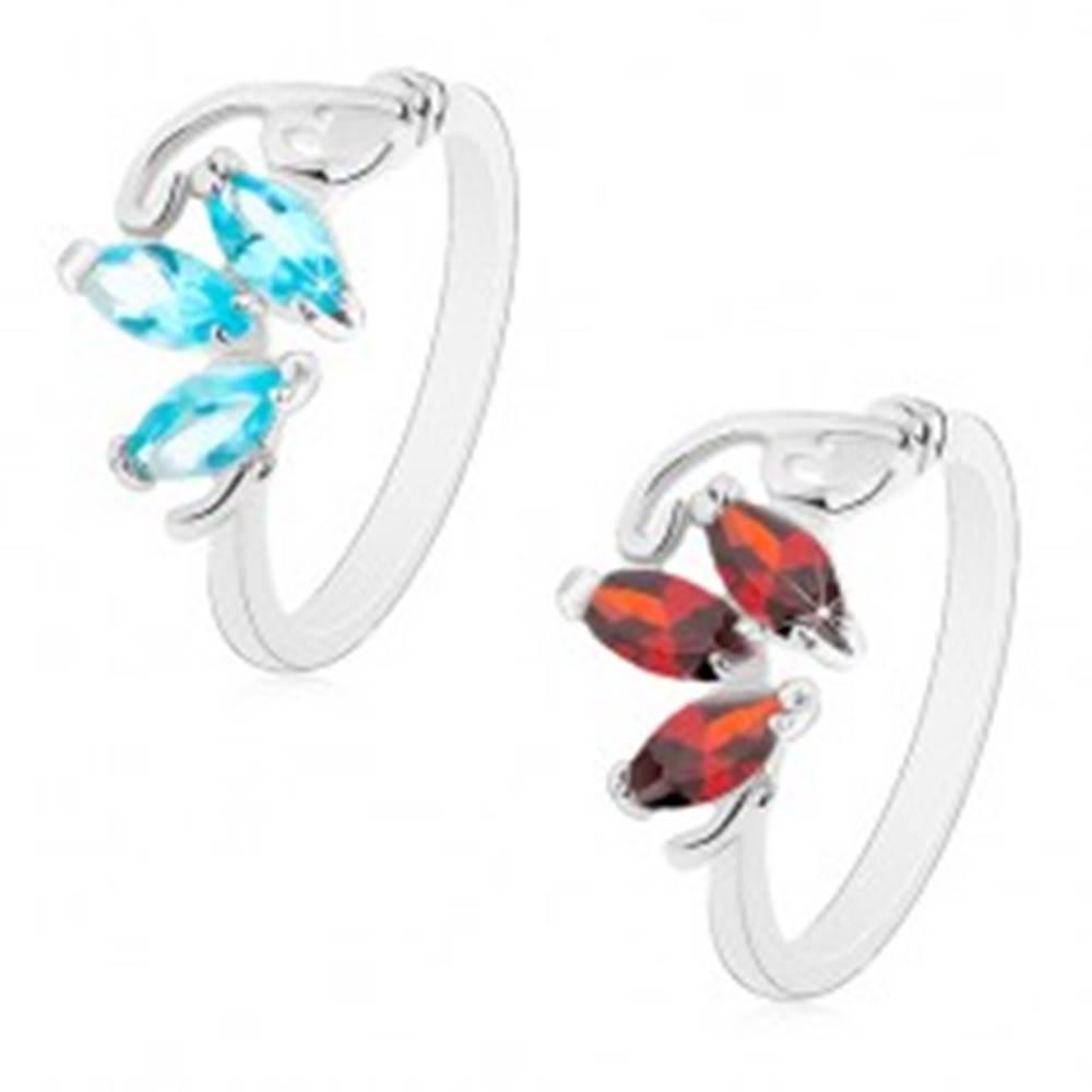 Šperky eshop Prsteň v striebornom odtieni, tri brúsené zrnká, tenké zahnuté línie - Veľkosť: 51 mm, Farba: Červená