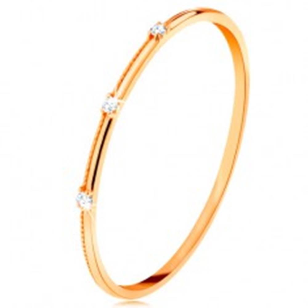 Šperky eshop Prsteň v žltom 14K zlate - tri oddelené číre zirkóniky, jemné vrúbky - Veľkosť: 49 mm