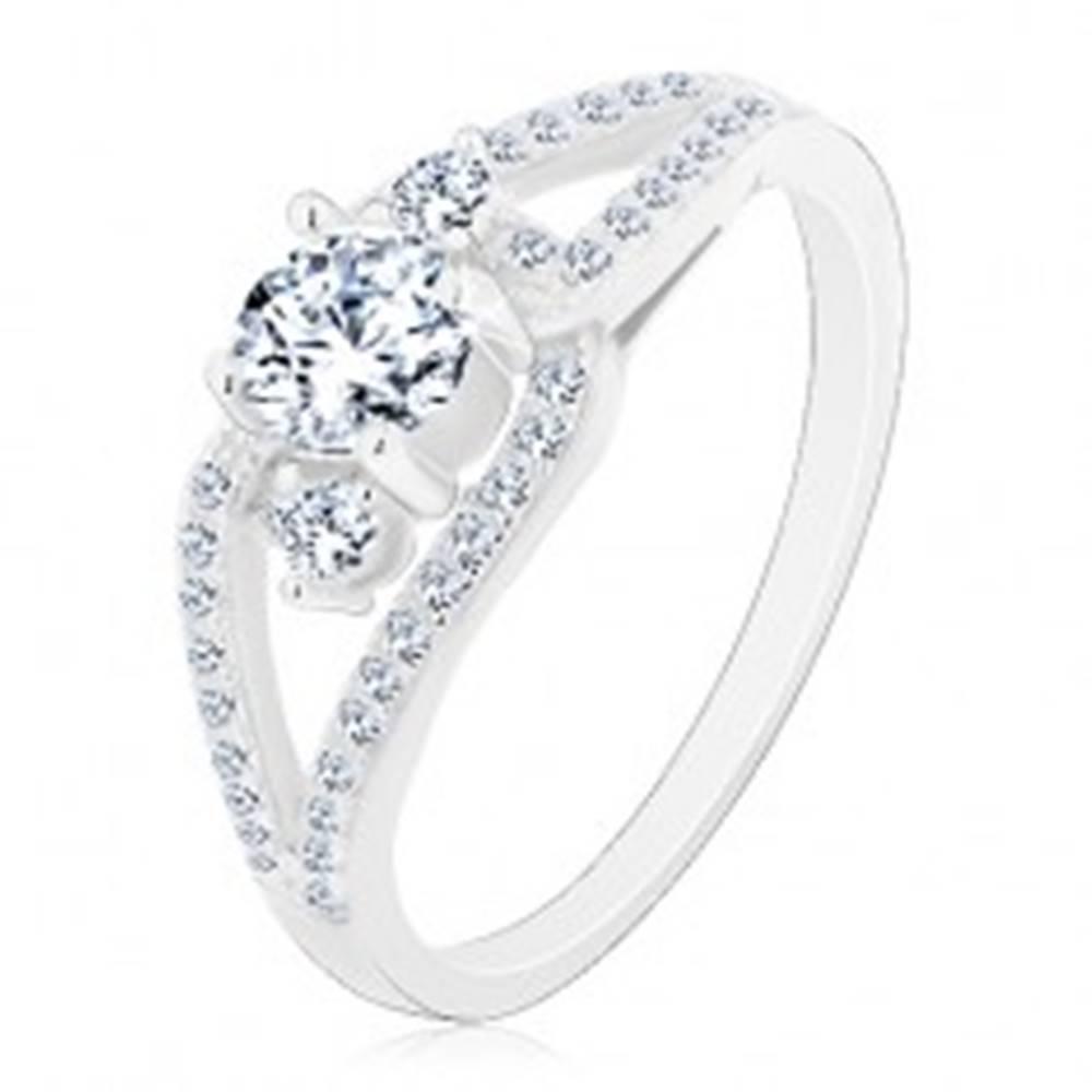 Šperky eshop Strieborný prsteň 925, rozdelené trblietavé ramená, tri okrúhle číre zirkóny - Veľkosť: 48 mm