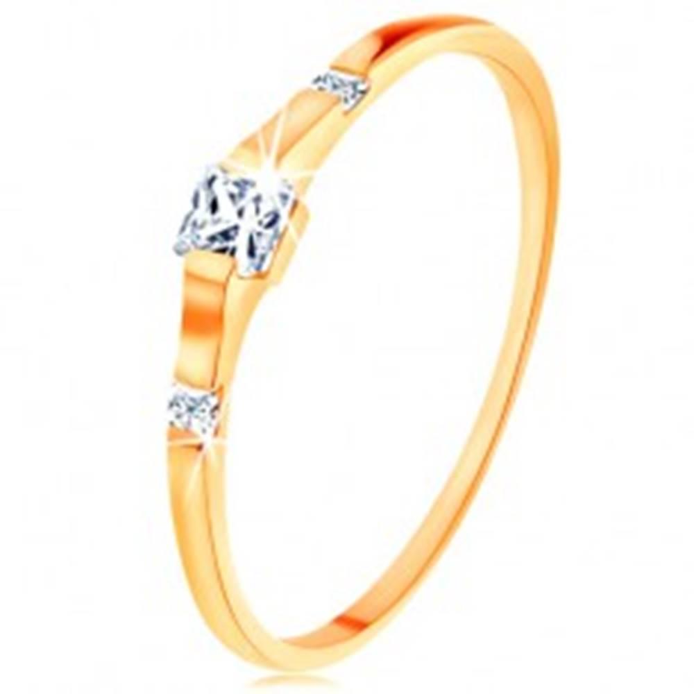 Šperky eshop Zlatý prsteň 585 - tri číre zirkónové štvorčeky, lesklé a hladké ramená - Veľkosť: 49 mm