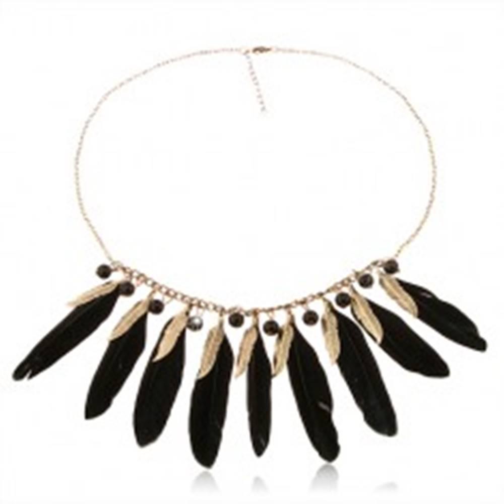 Šperky eshop Náhrdelník s pierkami čiernej a mosadznej farby, lesklé čierne korálky