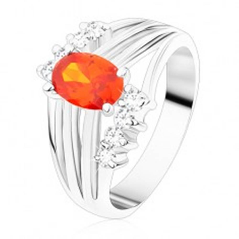Šperky eshop Ligotavý prsteň striebornej farby, oranžový oválny zirkón, lesklé pásy, číre zirkóny - Veľkosť: 49 mm