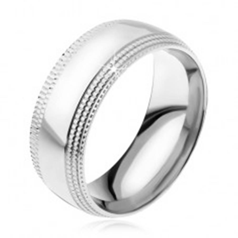 Šperky eshop Oceľový prsteň, lesklý povrch, stupňovito zrezané ryhované kraje - Veľkosť: 57 mm