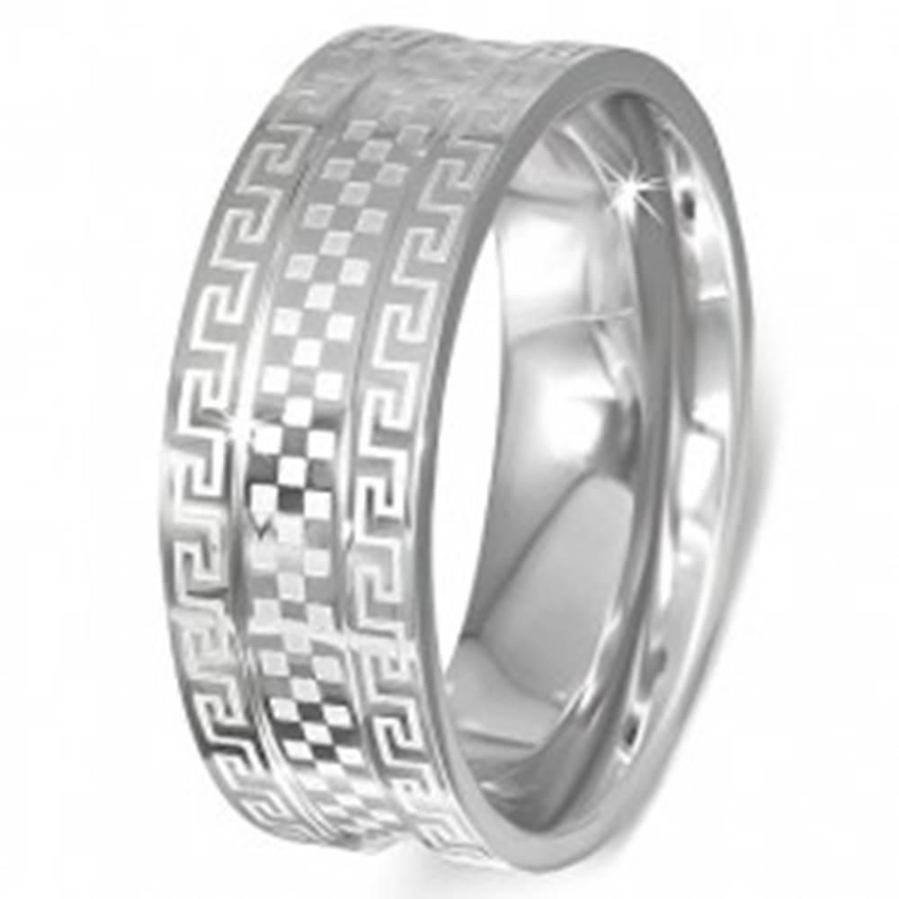 Šperky eshop Oceľový prsteň - obrúčka s gréckym kľúčom a šachovnicou - Veľkosť: 51 mm