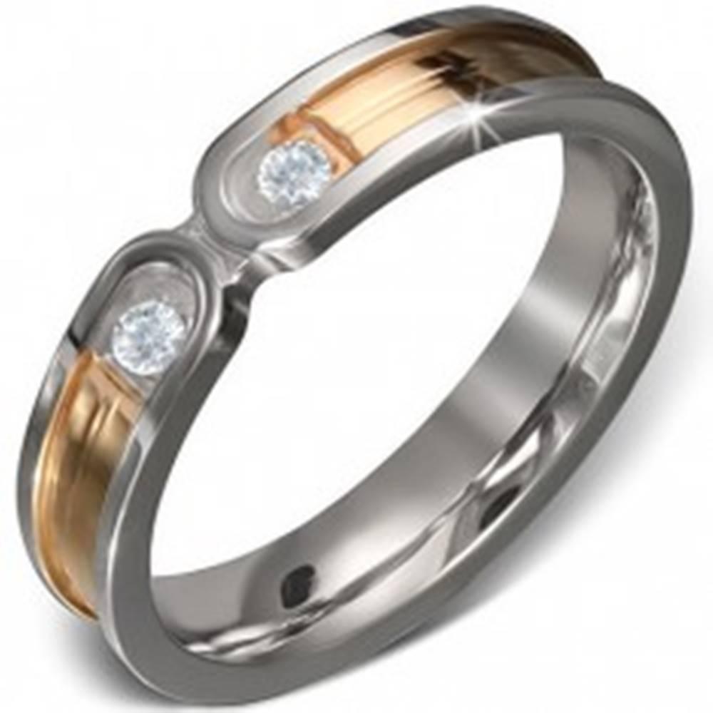 Šperky eshop Oceľový prsteň - pruh zlatej farby s lemom striebornej farby, dva číre zirkóny - Veľkosť: 50 mm