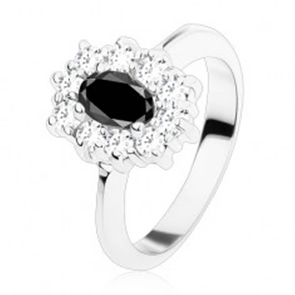 Šperky eshop Prsteň striebornej farby, čierny oválny zirkón lemovaný okrúhlymi čírymi zirkónikmi - Veľkosť: 48 mm