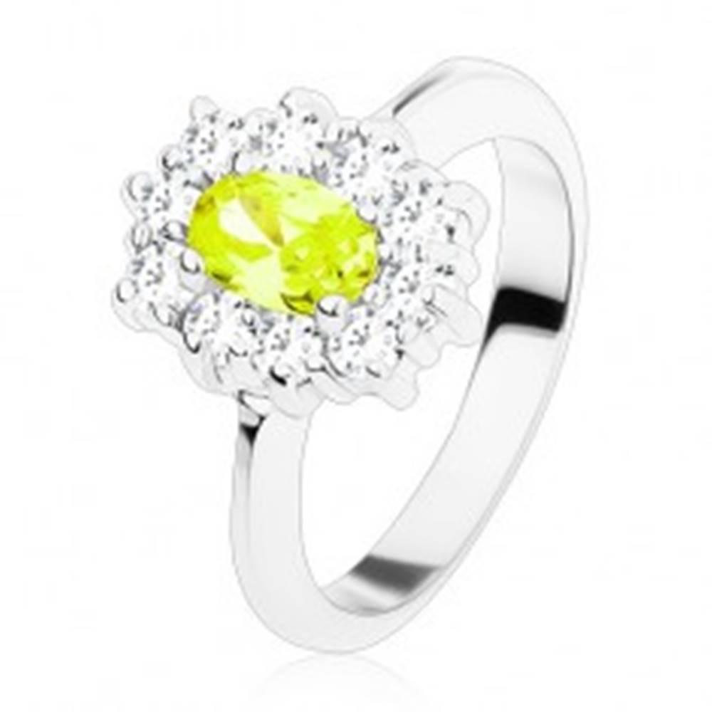 Šperky eshop Prsteň striebornej farby, žltozelený oválny zirkón lemovaný okrúhlymi čírymi zirkónikmi - Veľkosť: 49 mm