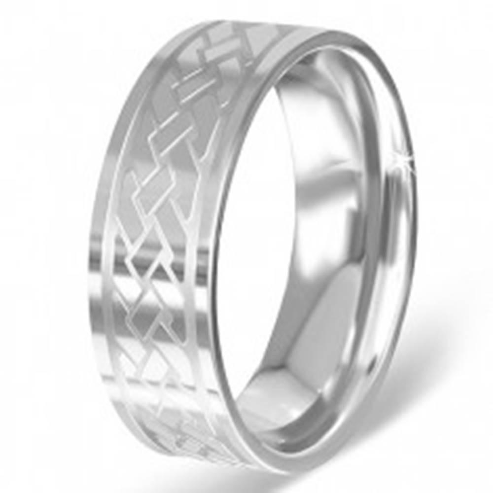 Šperky eshop Striebristý prsteň z chirurgickej ocele s gravírovaným keltským uzlom - Veľkosť: 54 mm