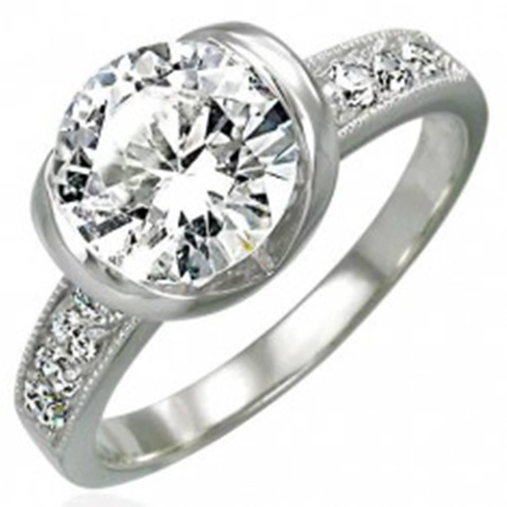 Šperky eshop Zásnubný prsteň z chirurgickej ocele s veľkým a ôsmimi malými zirkónmi - Veľkosť: 49 mm