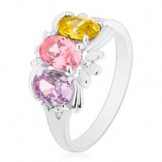 Prsteň v striebornej farbe, tri farebné ligotavé ovály a drobné lístky - Veľkosť: 59 mm