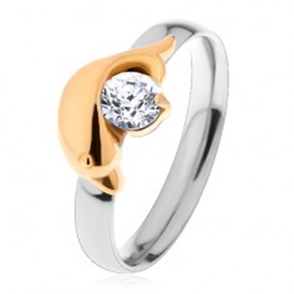 Šperky eshop Oceľový prsteň striebornej a zlatej farby, delfín a trblietavý číry zirkón - Veľkosť: 49 mm