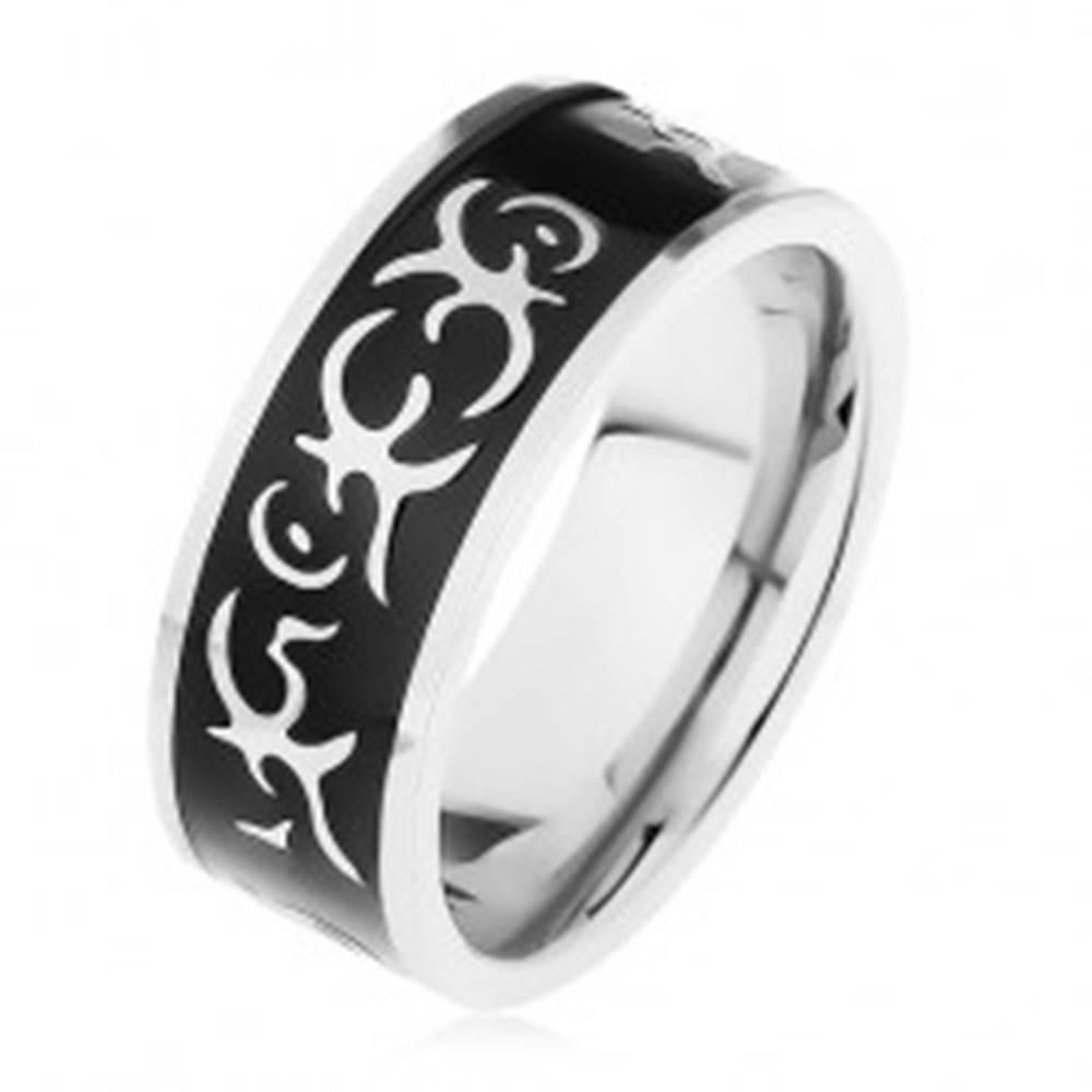 Šperky eshop Oceľový prsteň striebornej farby, lesklý čierny pás zdobený motívom tribal - Veľkosť: 57 mm
