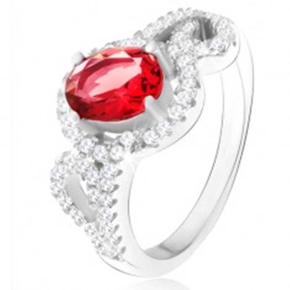 Šperky eshop Prsteň s oválnym červeným zirkónom, polovice obrysov sŕdc, striebro 925 - Veľkosť: 50 mm