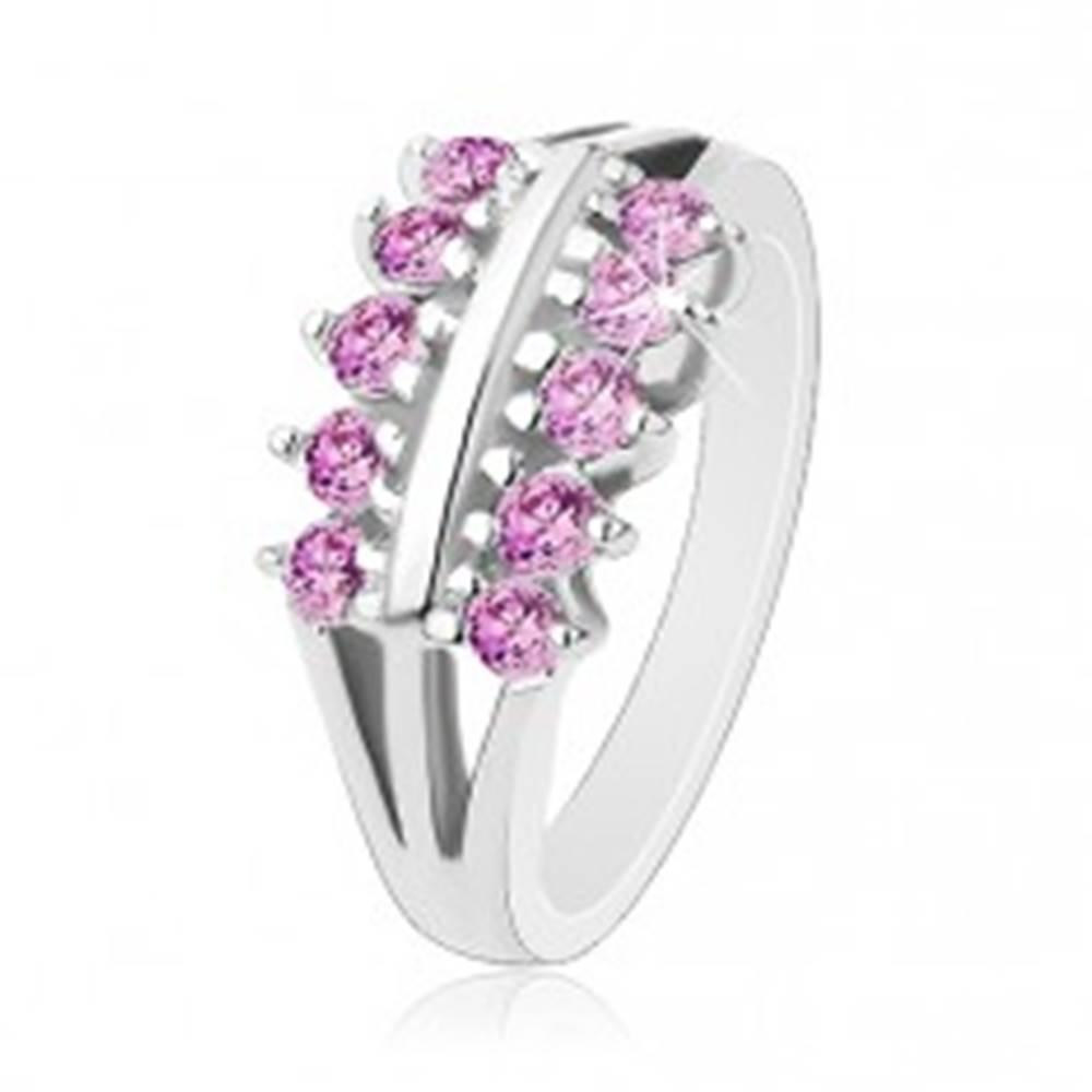 Šperky eshop Prsteň striebornej farby, rozdelené ramená, dve línie svetlofialových zirkónov - Veľkosť: 49 mm